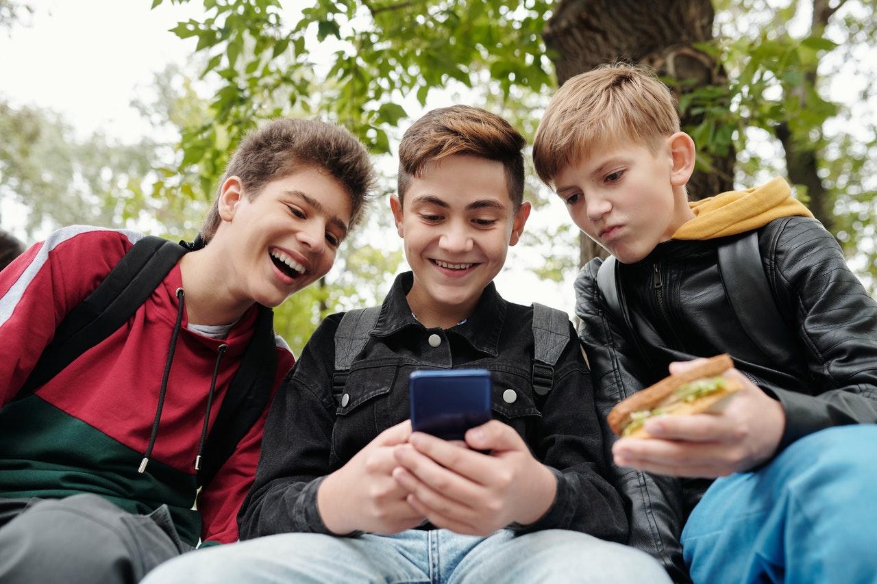 Timp de ecran și control parental – cum controlezi cât timp petrece copilul tău pe internet și în ce fel