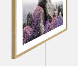 In cutie gasiti un suport de perete usor de instalat prin care poti aseza The Frame perfect pe perete